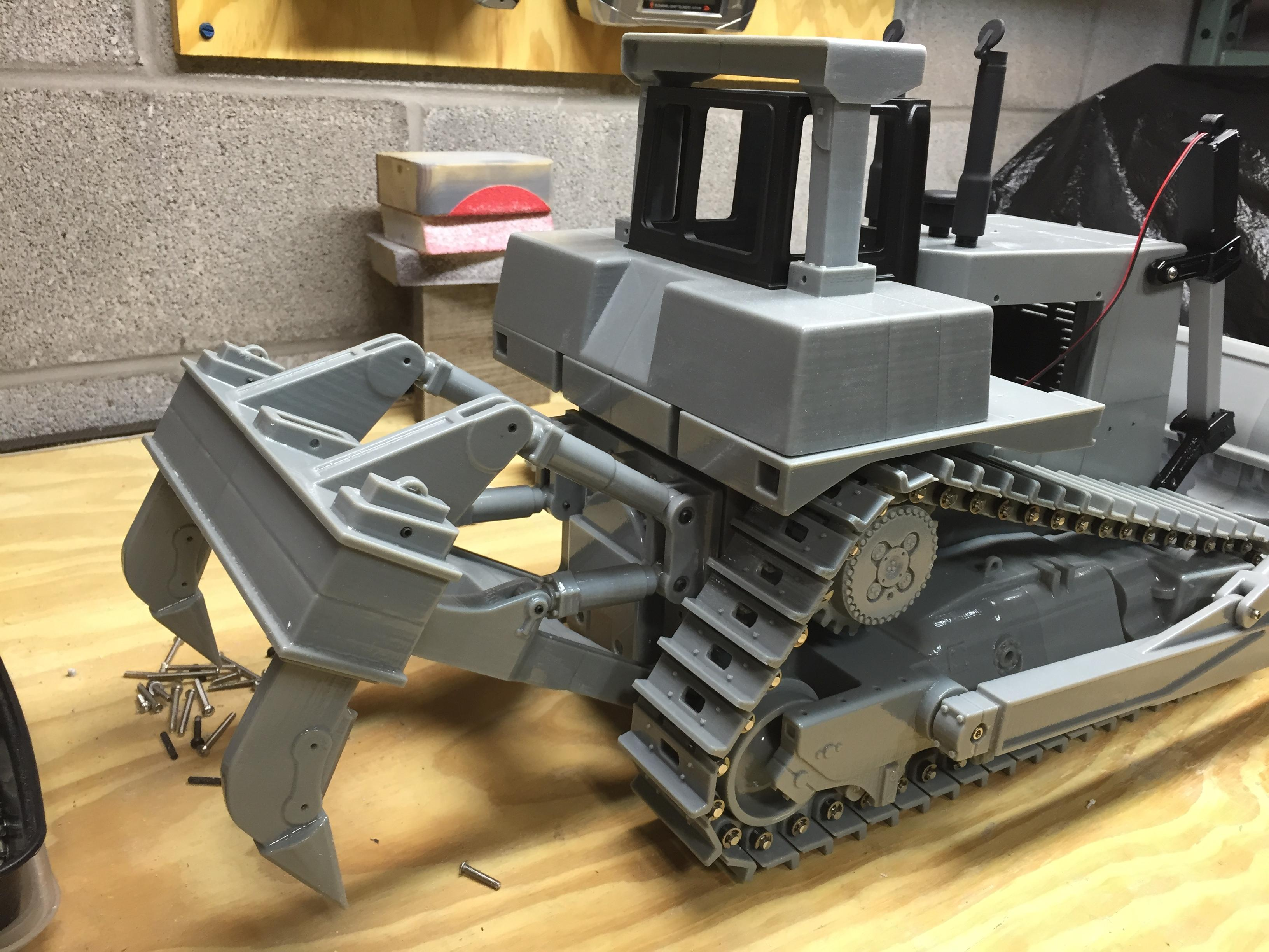 Machinist 3D Prints an Incredibly Realistic R/C Caterpillar